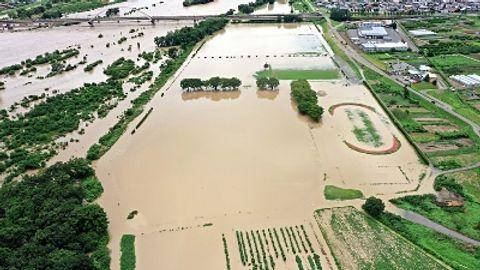 千曲川(左)の河川敷にあり、増水により水に漬かった千曲川リバーフロントスポーツガーデン=8月15日