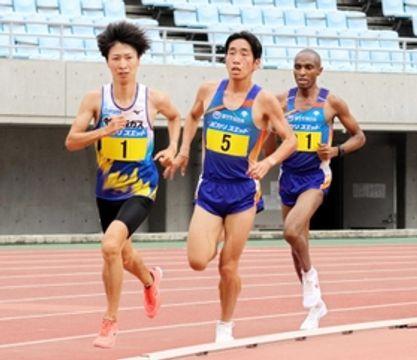 陸上の関西実業団選手権5000メートルで力走する野中優志(左)=大阪市、ヤンマースタジアム長居