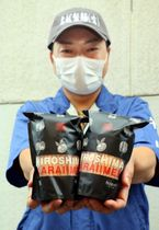 激辛トウガラシを練り込んだ乾燥麺をアピールする名越社長