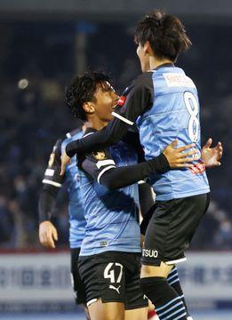 川崎―鹿島 後半、チーム2点目のゴールを決め、アシストの脇坂に祝福される川崎・旗手(左)=等々力