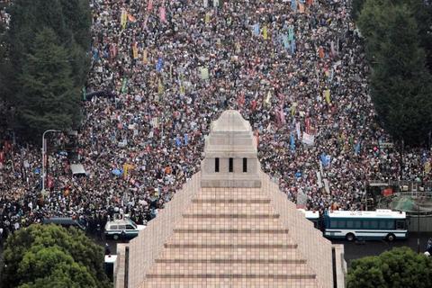 安保法案に反対し、国会議事堂正面の道路を埋め尽くし廃案を訴えるデモ参加者 =2015年8月30日、東京・永田町、本社ヘリ「あさづる」から