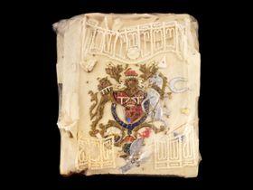 1981年のチャールズ皇太子と故ダイアナ元妃の「ロイヤル・ウェディング」で振る舞われたケーキ一切れ(ドミニク・ウィンター・オークショニア提供・AP=共同)