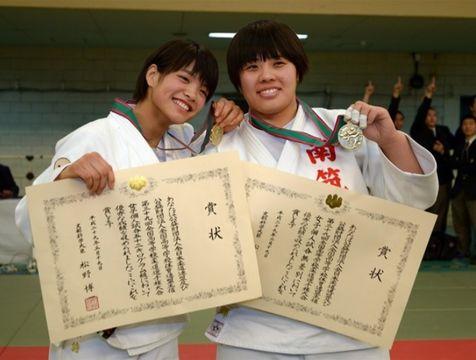 2017年の全国高校柔道選手権で優勝し笑顔で喜ぶ女子無差別級の素根輝(右)と同52キロ級の阿部詩