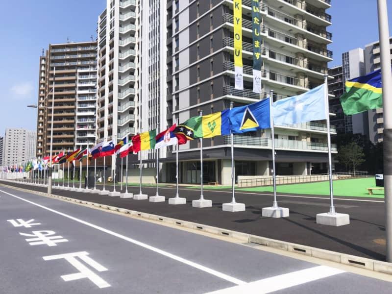 各国の国旗が掲げられた選手村=7月11日(提供写真)