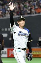 引退試合のオリックス戦に登板し、ファンに手を振って応える日本ハムの斎藤佑樹投手=17日、札幌ドーム