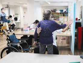 リハビリに取り組む患者ら。コロナによる後遺症から日常生活に戻る訓練する人も=東京都世田谷区で