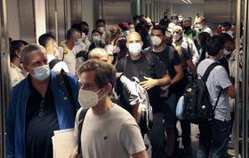 東京五輪選手団や一般旅客が入り交じった状態となった成田空港=19日