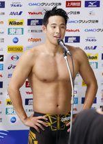男子400メートル個人メドレーで優勝し、笑顔でインタビューに応じる瀬戸大也=東京辰巳国際水泳場