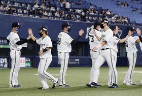 日本ハムに勝利し、11連勝となりハイタッチするオリックス・中嶋監督(左端)ら=京セラドーム