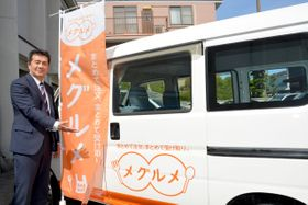 テークアウトメニューを配達するメグルメの車両と運営するスマーティの佐々木哲也代表=5月末、八戸市