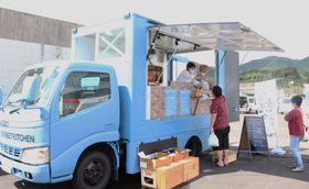 自慢の料理が販売された「紀の川」のキッチンカー=北松佐々町市場免