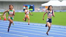 女子400メートルリレーを制した作新大。アンカー市川(右)がゴールを目指す=カンセキスタジアムとちぎ