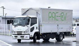 公道での走行実験に出発するサニックスが開発中のPRE―EVトラック=山形市黄金