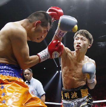 ワールド・ボクシング・スーパーシリーズのバンタム級決勝の2回、ノニト・ドネア(左)を攻める井上尚弥。判定で下し優勝を果たした=2019年11月7日、さいたまスーパーアリーナ