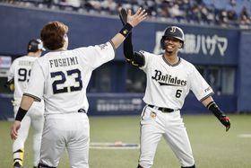 5回、本塁打を放ち伏見(左)とタッチを交わすオリックス・宗=京セラドーム