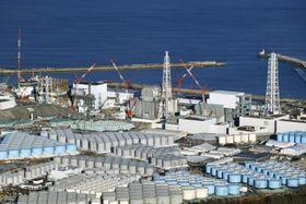 東京電力福島第1原発の敷地内に林立するタンク=1月