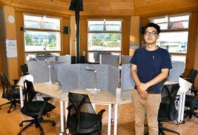 新たに設けられた学習スペース。町学習環境コーディネーターの高田さん(右)らが常駐する