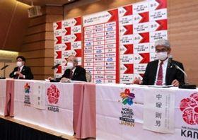 WMG2021関西の再延期について説明する組織委員会の木下博夫事務総長(中央)ら=26日午後、大阪市北区中之島