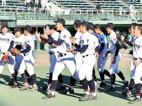 優勝を決めて喜ぶ中京ナイン=23日午後3時29分、岐阜市長良福光、長良川球場