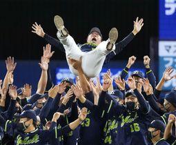 プロ野球セ・リーグで6年ぶり8度目の優勝を決め、胴上げされるヤクルト・高津臣吾監督=26日、横浜スタジアム