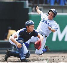 金沢−小松大谷 1回裏小松大谷1死一、三塁、奥野の右犠飛で先制のホームインをする三走中谷。捕手布目=いずれも金沢市の県立野球場で