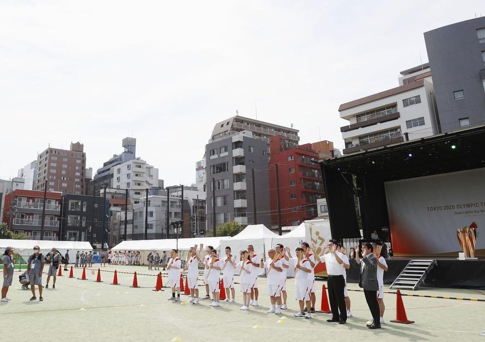 東京・日本橋浜町の公園で行われた聖火リレーの点火セレモニー=20日午後