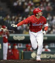 8回広島2死、鈴木誠が左中間にこの日2本目となる本塁打を放つ=甲子園