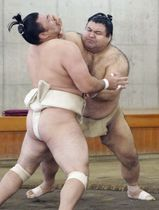 合同稽古で霧馬山(手前)と相撲を取る高安=26日、両国国技館の相撲教習所
