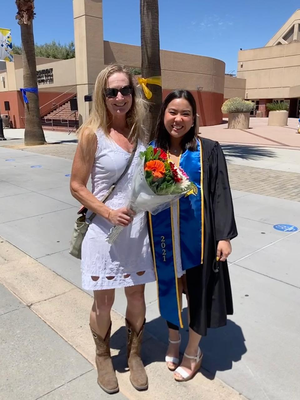 大学を卒業した、多聞さんの次女「トコさん」とアメリカのお母さんジュリー・ブリストルさん=提供・中村多聞さん