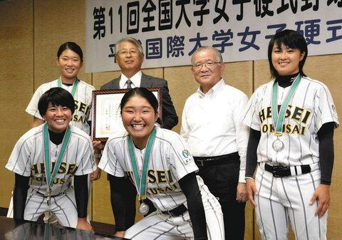 全国大会準優勝を報告し、記念撮影する平成国際大女子硬式野球部の選手ら=加須市役所で