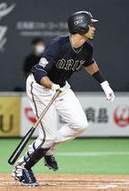 8回オリックス2死一、二塁、モヤが中前に同点打を放つ=札幌ドーム