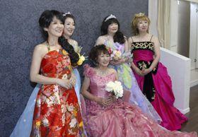 中高年女性が対象の「変身ツアー」で写真撮影に臨む参加者
