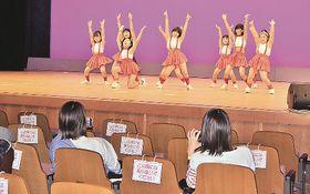 丸亀こどもデーのイベントでダンスを披露する子どもたち=香川県丸亀市綾歌町、アイレックス