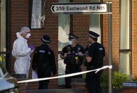 エイメス英下院議員が刺された現場付近で、話をする警察官ら=15日、英南東部リー・オン・シー(AP=共同)