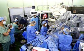 ダヴィンチによるロボット支援手術の様子(福島医大提供)