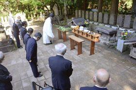 白虎隊士の墓前で行われた慰霊祭=23日午前、福島県会津若松市