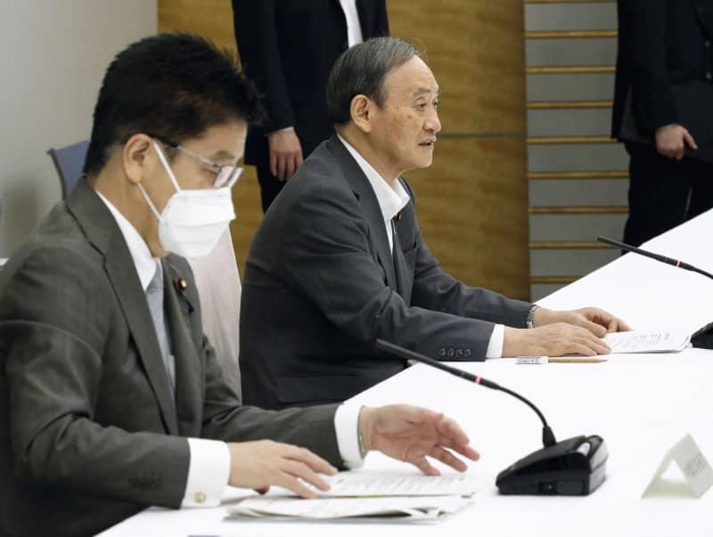 新型コロナウイルス感染症の医療提供体制に関する閣僚会議であいさつする菅首相(奥)=2日午後、首相官邸