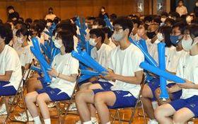 スティックバルーンを手に試合を見守る八戸高校の生徒=28日午前、八戸市