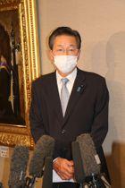 自民党本部への公認申請が決まり、記者団の取材に応じる瀬川氏=長崎市内