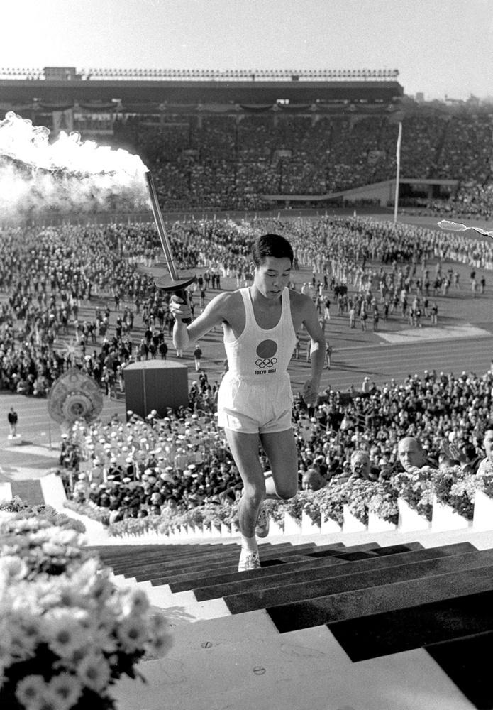 1964年の東京五輪開会式で最終聖火ランナーを務めた坂井義則さん=国立競技場