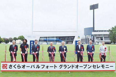 さくらオーバルフォートの落成記念式典でテープカットを行う富岡清市長(右から4人目)や堀江翔太選手(左から2人目)ら関係者=18日、熊谷市上川上のさくらオーバルフォート
