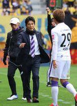 23日の仙台戦で指揮を執る城福監督(中)。左は沢田ヘッドコーチ