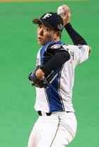 引退試合で七回に登板し、投球する斎藤佑樹投手。7球を投げ、四球を出して降板した(大島拓人撮影)