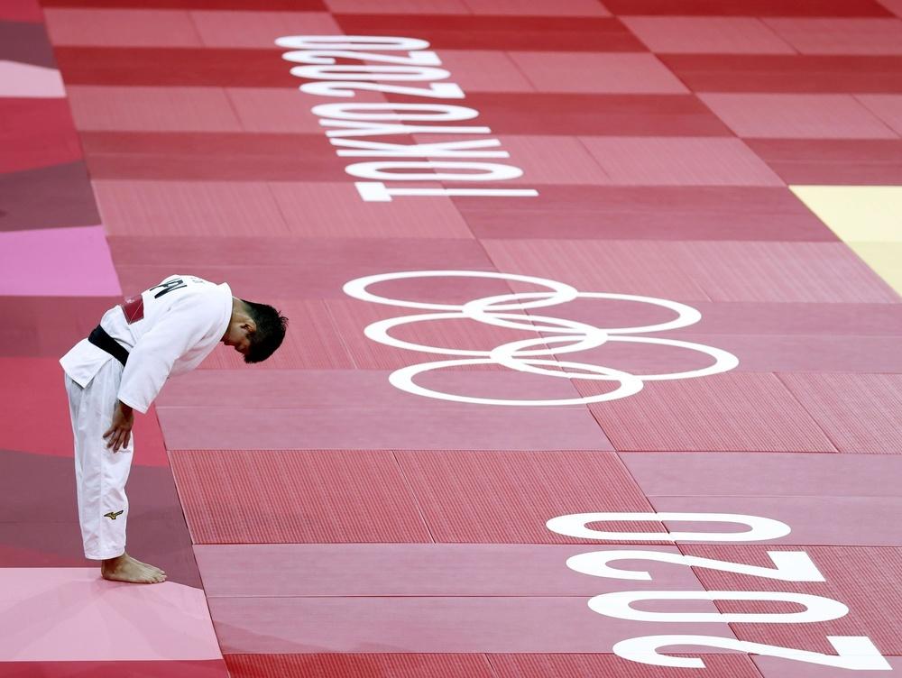 男子73㌔級決勝 延長でジョージア選手を破り、礼をする大野将平。2大会連続で金メダルを獲得した=日本武道館