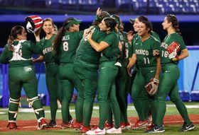 ソフトボール女子メキシコ代表=25日、横浜スタジアム(ロイター=共同)