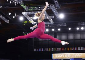 東京五輪体操女子で、足首まで覆うボディースーツを着て練習するドイツ選手=7月、有明体操競技場