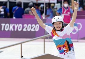 女子ストリート決勝 演技後、喜ぶ西矢椛。金メダルを獲得した=有明アーバンスポーツパーク