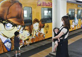 デザインがリニューアルされた「コナン列車」=18日午後、JR鳥取駅