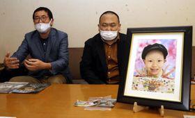 翔華さんの遺影を前に映画の製作発表をする、とめぞうさん(右)と松村監督