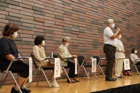 再審無罪が確定した当事者らと登壇し、亡き父の再審無罪を勝ち取りたいと語る阪原弘次さん(右から3人目)=18日午後、大阪市・大阪弁護士会館